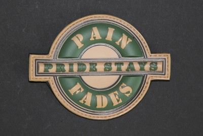 PAIN FADES PRIDE STAYS grün beige